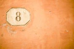 Número ocho en la pared vieja Foto de archivo libre de regalías