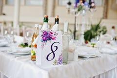 Número oito na tabela para convidados no salão do casamento Imagem de Stock
