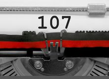 Número 107 por la máquina de escribir vieja en el Libro Blanco Fotos de archivo