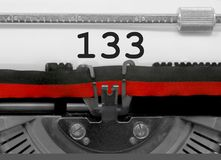 Número 133 por la máquina de escribir vieja en el Libro Blanco Imagen de archivo libre de regalías