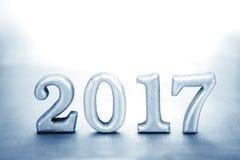 Número 2017 puesto en el fondo elegante de plata del encanto para nuevo Imagenes de archivo