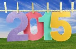 Número 2015 que cuelga en una cuerda para tender la ropa Imagen de archivo