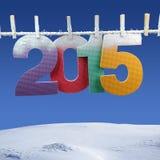 Número 2015 que cuelga en una cuerda para tender la ropa Fotos de archivo libres de regalías