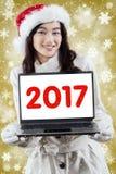 Número que muestra adolescente hermoso 2017 en el ordenador portátil Imagenes de archivo