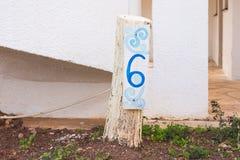 Número seis 6 pintados en letrero de madera Imagen de archivo libre de regalías