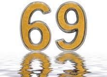 Número 69, sesenta y nueve, reflejado en la superficie del agua, aislada Foto de archivo