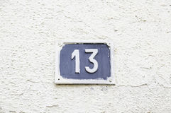 Número trece en una pared en una casa Foto de archivo libre de regalías