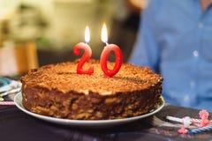 Número veinte velas en la torta de chocolate foto de archivo libre de regalías