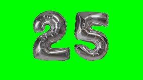 Número 25 veinticinco años del cumpleaños del aniversario de globo de la plata que flota en la pantalla verde - almacen de metraje de vídeo