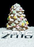 Número 2016 y árbol de navidad del pan de jengibre Foto de archivo