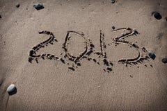 Números 2013 en la arena de la playa para el calendario Imágenes de archivo libres de regalías