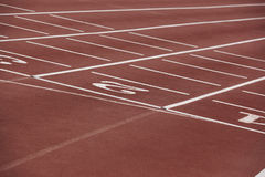 Números brancos em uma pista de atletismo atlética Imagens de Stock