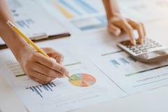 Números calculadores do orçamento da mulher de negócio Financeiro do negócio fotografia de stock