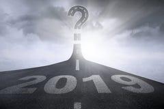 Números 2019 con el signo de interrogación en el camino imagen de archivo libre de regalías