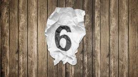 Números da contagem regressiva na textura de papel enrugada vídeos de arquivo