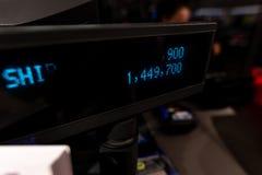 Números da máquina de dinheiro na loja da forma elevadores, vidro e metal CONCEITO VAREJO imagens de stock royalty free