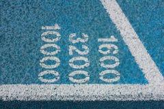 Números da medida em uma pista de atletismo Foto de Stock Royalty Free