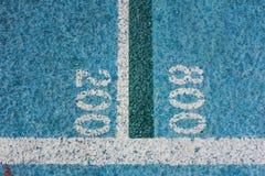 Números da medida em uma pista de atletismo Imagens de Stock Royalty Free