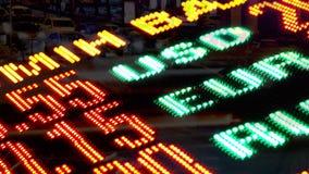 Números da troca de moeda da exposição com exposição dobro de tráfego de cidade da noite filme