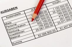 Números de la estadística con un lápiz rojo. Alemán. Fotos de archivo