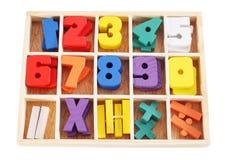 Números de madeira coloridos na caixa isolada Fotografia de Stock Royalty Free