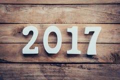 Números de madeira que formam o número 2017, pelo ano novo 2017 sobre Fotos de Stock