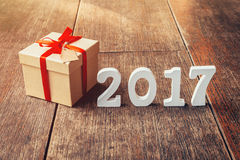 Números de madeira que formam o número 2017, pelo ano novo 2017 sobre Imagem de Stock