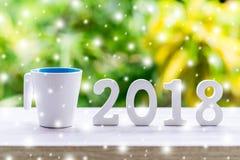 Números de madera que forman el número 2018, por el Año Nuevo con sn Fotos de archivo