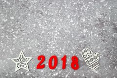 Números de madera que forman el número 2018, por el Año Nuevo y la nieve en un fondo concreto gris Fotografía de archivo libre de regalías