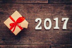 Números de madera que forman el número 2017, por el Año Nuevo 2017 encendido Fotografía de archivo