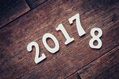 Números de madera que forman el número 2017, por el Año Nuevo 2017 encendido Imagenes de archivo