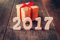 Números de madera que forman el número 2017, por el Año Nuevo 2017 encendido Foto de archivo