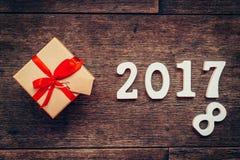 Números de madera que forman el número 2017, por el Año Nuevo 2017 encendido Fotos de archivo
