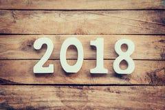 Números de madera que forman el número 2018, por el Año Nuevo 2018 encendido Foto de archivo