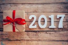 Números de madera que forman el número 2017, por el Año Nuevo 2017 encendido Imagen de archivo