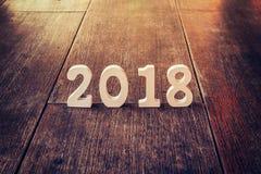 Números de madera que forman el número 2018, por el Año Nuevo 2018 encendido Fotografía de archivo