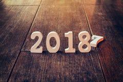 Números de madera que forman el número 2018, por el Año Nuevo 2018 encendido Fotografía de archivo libre de regalías