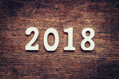 Números de madera que forman el número 2018, por el Año Nuevo 2018 encendido Imagenes de archivo