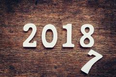 Números de madera que forman el número 2018, por el Año Nuevo 2018 encendido Fotos de archivo