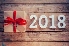 Números de madera que forman el número 2018, por el Año Nuevo 2018 encendido Imagen de archivo libre de regalías