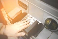 Números de PIN entrando maduros fêmeas na máquina do banco do ATM Conceito de desconhecido incertos, vândalos, pagamentos em linh fotos de stock