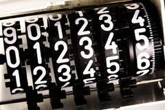 Números de um medidor análogo com o texto 012345 imagens de stock royalty free