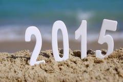 2015 números del Año Nuevo en la playa del mar Imagenes de archivo