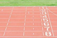 Números del carril de la pista del atletismo Imágenes de archivo libres de regalías