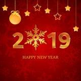 números 2019 del oro con el copo de nieve, bola de la Navidad con la cinta, arco, estrellas colgantes en el fondo rojo con los co libre illustration