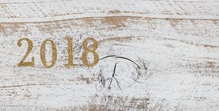 números 2018 del oro en los tableros de madera blancos rústicos Fotografía de archivo libre de regalías