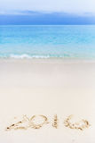 Números do ano novo escritos para baixo na praia Foto de Stock