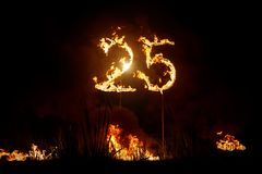 Números 25 en el fuego Dígitos ardientes Veinticinco fotos de archivo