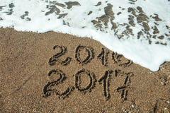 Números 2017 en la playa Concepto del día de fiesta del Año Nuevo Imágenes de archivo libres de regalías