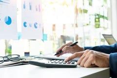 Números, facturas y fi calculadores del presupuesto del hombre de las finanzas del negocio foto de archivo libre de regalías